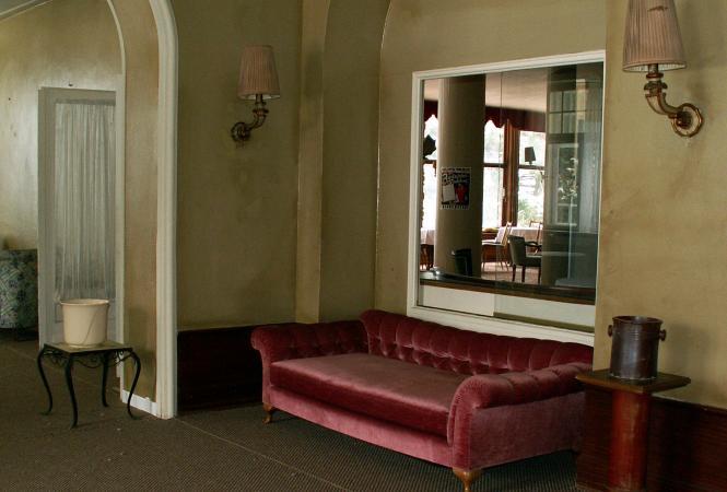 Hotellobby mit Blick in den Musiksaal